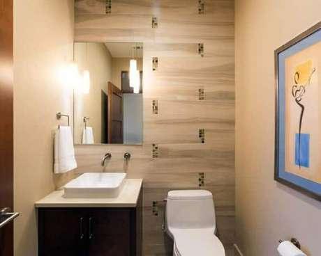 49. Espelho simples para lavabo pequeno decorado com quadro e gabinete de madeira – Foto: Ideias para Decorar