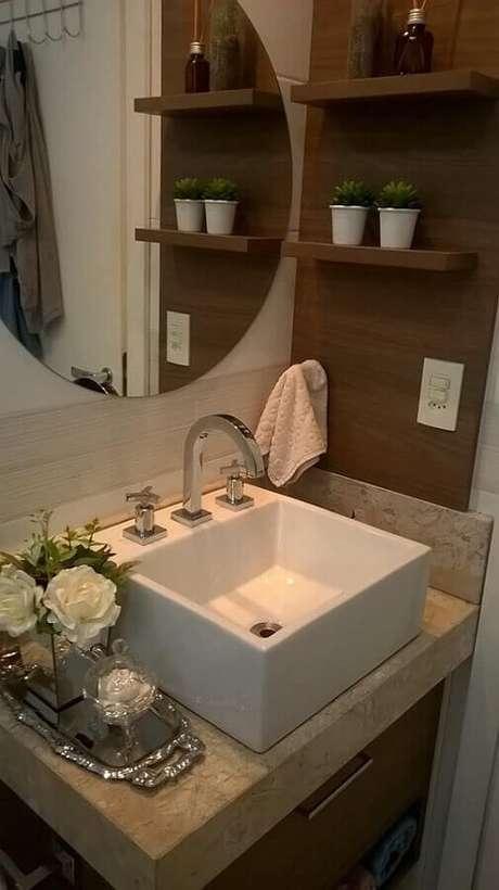 50. Espelho para lavabo pequeno decorado com prateleira de madeira e bandeja de prata – Foto: Romano Disegno