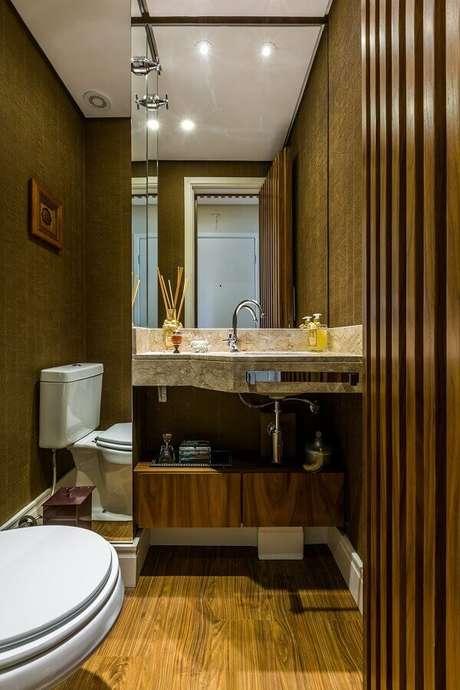 52. Decoração com espelho para lavabo pequeno decorado com papel de parede – Foto: BY Arq&Design