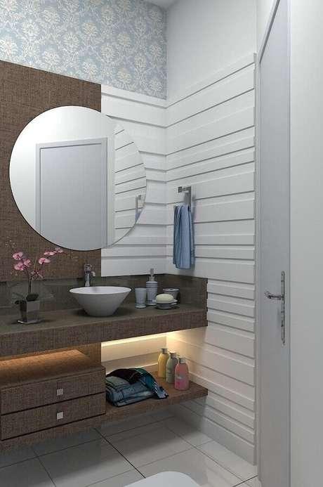 54. Decoração clean com espelho redondo para lavabo decorado com papel de parede – Foto: Ismael Ceolin Salvador