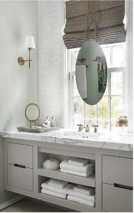 56. Decoração com estilo clássico para lavabo todo branco com espelho redondo – Foto: Elements of Style Blog