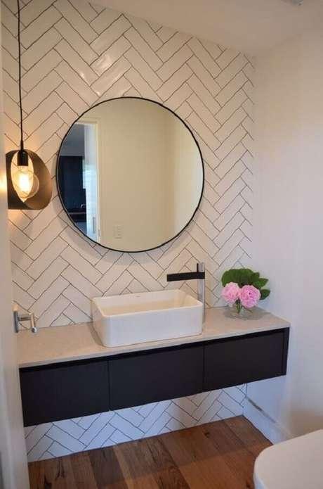 57. Espelho redondo para decoração de lavabo com subway tile e luminária pendente – Foto: Bramley & White