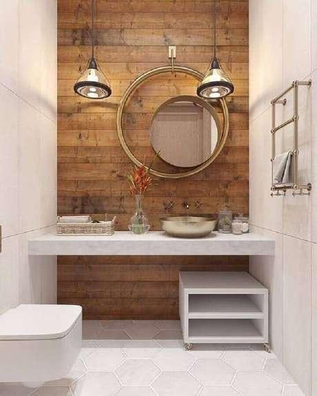 59. Modelo diferente de espelho para lavabo decorado com revestimento de madeira – Foto: Bled Micky