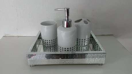 61. Modelo simples de bandeja espelhada para lavabo – Foto: Artpérola