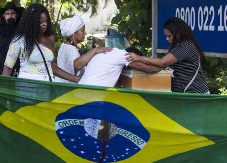 Enterro do catador Luciano Macedo no cemitério do Caju, na Zona Portuária do Rio de Janeiro, vitima dos disparos feitos pelo exército tentando ajudar Evaldo Santos morto com 80 tiros