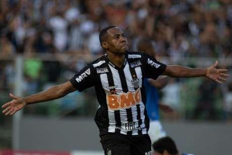 Elias, do Atlético Mineiro, comemora seu gol na partida contra o Cruzeiro