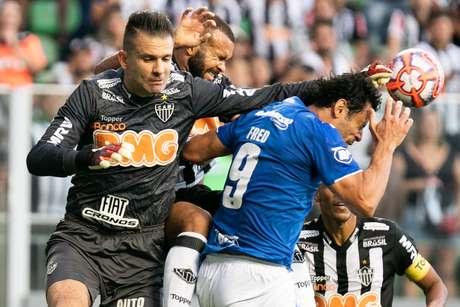 Victor e Fred em lance da partida entre Atlético Mineiro e Cruzeiro, válida pela decisão do Campeonato Mineiro 2019, no Estádio Independência, na cidade de Belo Horizonte (MG), neste sábado (20)