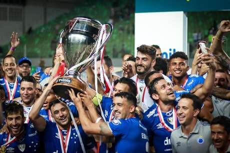 Jogadores do Cruzeiro comemoram o título do Cruzeiro após empate na decisão contra o Atlético-MG