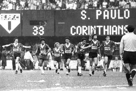 Sócrates comemora gol marcado na primeira final de 1983