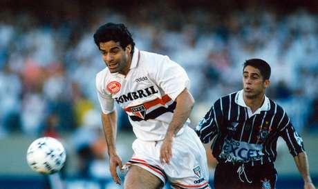 Raí é acompanhado de perto por Sylvinho na final disputada em 1998