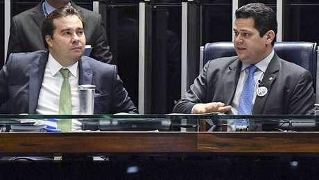 Comando. Presidente da Câmara, Rodrigo Maia (DEM-RJ), e do Senado, Davi Alcolumbre (DEM-AP), durante sessão