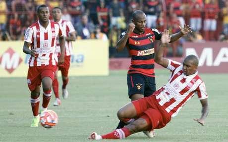 Jogo entre Sport e Náutico foi tenso do início ao fim (Foto: Rafael Melo/MyPhoto Press)