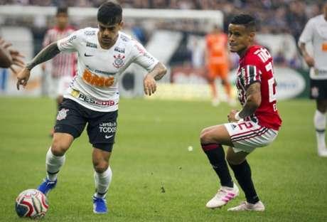 Fágner em ação na final contra o São Paulo; Lateral jogou bem pela direita (Foto: Léo Pinheiro/Lancepress!)