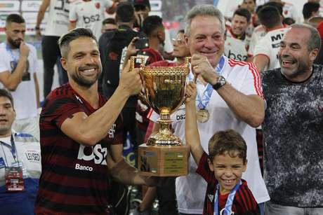 Diego e Abel Braga, do Flamengo, comemoram com a taça o título do Estadual do Rio de Janeiro 2019 após a final contra o Vasco
