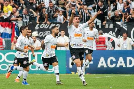 Danilo Avelar, do Corinthians, comemora seu gol durante partida contra contra o São Paulo, realizada na Arena Corinthians