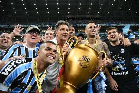 Renato Gaúcho, Alisson e Luan do Grêmio festejam com a taça do título do Grêmio no Campeonato Gaúcho 2019
