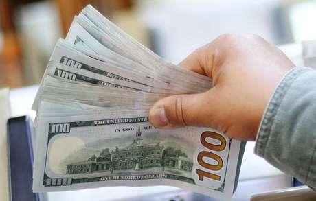 Funcionário conta notas de dólar em casa de câmbio 20/03/2019 REUTERS/Mohamed Abd El Ghany