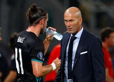 Técnico Zinedine Zidane conversa com Bale durante jogo do Real Madrid  08/08/2017 REUTERS/Ognen Teofilovski