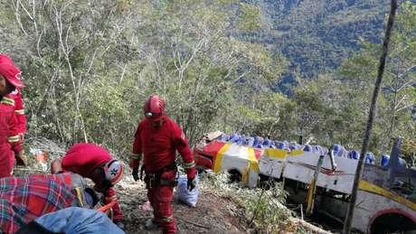 Membros de equipe de resgate em local onde ônibus despencou de precipício perto de La Paz 22/04/2019 ABI/Bolivia Information Agency/Divulgação via REUTERS