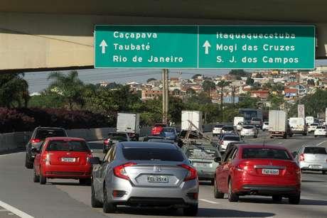 Movimentação na Rodovia Ayrton Senna, sentido Litoral Norte, na tarde desta quinta-feira (18), véspera de feriado prolongado de Páscoa