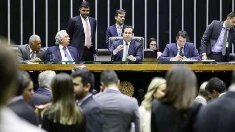 No início de abril, o presidente da Câmara, Rodrigo Maia, criticou emendas feitas ao PL 1321/19, que anistia partidos que cometeram infrações eleitorais