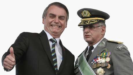 Bolsonaro com o comandante do Exército, general Edson Leal Pujol: projeto para militares causou atrasos na CCJ