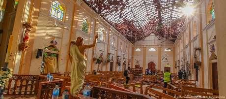 Interior e telhado destruídos da igreja de São Sebastião na cidade de Negombo, ao norte de Colombo, no Sri Lanka