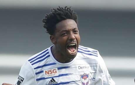 Francis já balançou a rede duas vezes pelo clube japonês (Foto: Divulgação/Albirex Niigata)