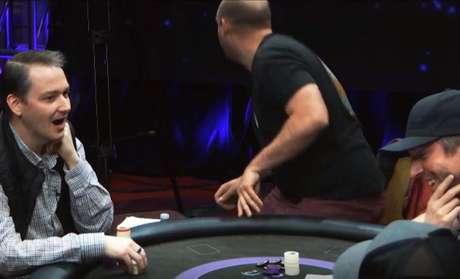 Reação do jogador John Snyder ao ver que adversário apresentou quadra de 9 e o eliminou de torneio (Divulgação)