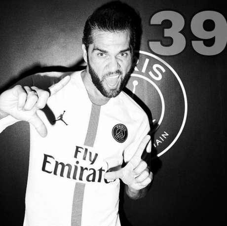 Dani Alves tira onda com seus 39 títulos na carreira (Foto: Divulgação/Instagram)