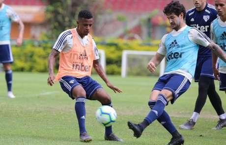 Pato e Tchê Tchê disputam bola durante o treino desta terça-feira - FOTO: Rubens Chiri/saopaulofc.net
