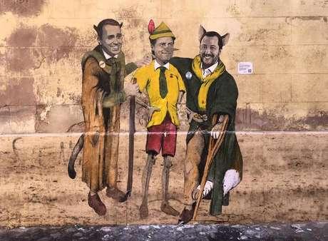 """Mural em Roma retrata Di Maio e Salvini como o """"gato"""" e a """"raposa"""" que tiram o """"Pinóquio"""" Giuseppe Conte do caminho certo"""
