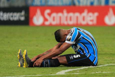 Michel, do Grêmio, lamenta derrota da equipe ao final da partida contra o Libertad, válida pelo Grupo H da Copa Libertadores, na Arena do Grêmio, em Porto Alegre (RS)