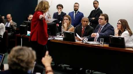Deputados discutem durante sessão na CCJ; próximo passo agora é comissão especial