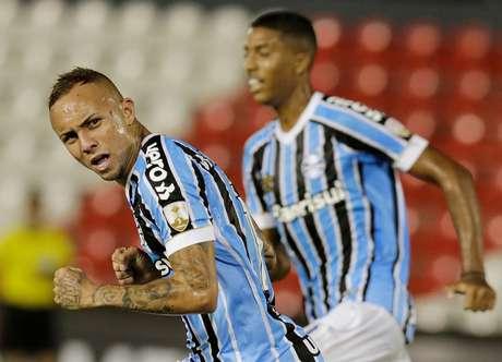 Everton comemora um dos gols que fez na partida decisiva para o Grêmio