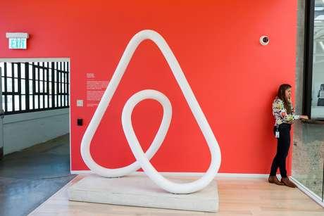 Mulher fala ao telefone nos escritórios do Airbnb em San Francisco. 2/8/2016.  REUTERS/Gabrielle Lurie
