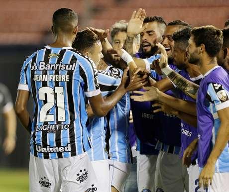 Jogadores do Grêmio se reúnem durante a comemoração