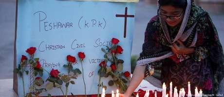 No Paquistão, mulher homenageia vítimas de atentados no Sri Lanka