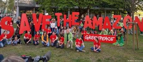 Ao final do ato, ativistas posaram para foto diante da embaixada brasileira