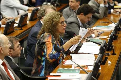 A líder da minoria, deputada Jandira Feghali (PCdoB-RJ), interrompeu a sessão de votação da reforma da Previdência, na Comissão de Constituição e Justiça (CCJ), para informar que conseguiu a assinatura de 1/5 dos parlamentares da Casa para requerimento que pede a suspensão da votação da proposta por 20 dias, em Brasília, nesta terça-feira, 23.   Foto: DIDA SAMPAIO/ESTADÃO CONTEÚDO