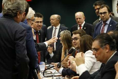 O presidente da Comissão de Constituição e Justiça (CCJ), Felipe Francischini (PSL-PR), e o líder do PSOL na Câmara, Ivan Valente (SP), em sessão sobre o projeto da reforma da Previdência, na Comissão de Constituição e Justiça e de Cidadania (CCJ), na Câmara dos Deputados, em Brasília (DF), nesta terça-feira (23). 2