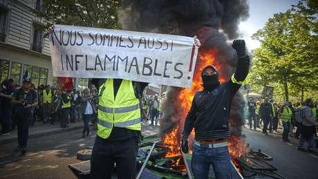 """Protesto dos """"coletes amarelos"""", que se comparam à catedral francesa: """"Nós também somos inflamáveis"""""""