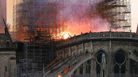 Chamas e fumaça no teto da catedral de Notre-Dame, em Paris