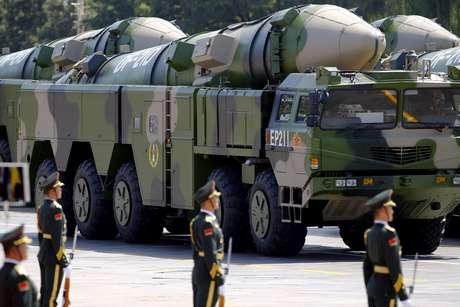 Veículos militares com mísseis DF-21D em desfile na Praça da Paz Celestial, em Pequim 3/9/2015  REUTERS/Damir Sagolj