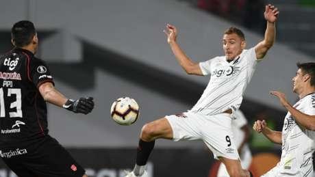 Em um jogo bastante aberto, de acordo com as características de cada equipe, o Athletico não sentiu os efeitos da altitude, mas acabou derrotado por 3 a 2 para o Jorge Wilstermann