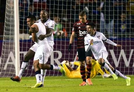 Jogadores da LDU comemoram o gol da vitória sobre o Flamengo (Foto: Rodrigo Buendia/AFP)