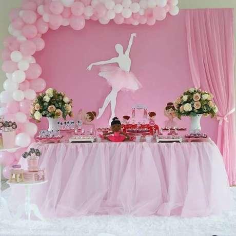 f53740acd4 Delicada decoração para festa infantil bailarina com arranjo de balões –  Foto  Blume
