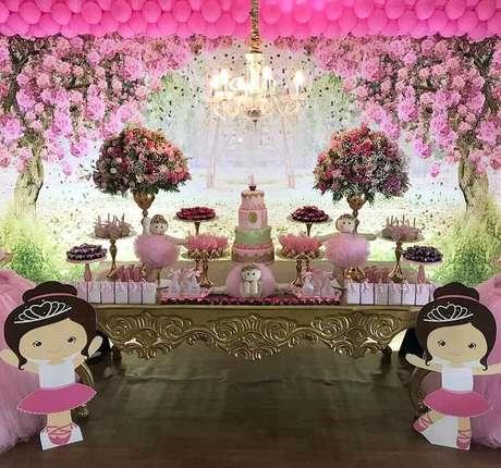 c037f566d2 Aqui a decoração para festa da bailarina conta com muitos arranjos de  flores –