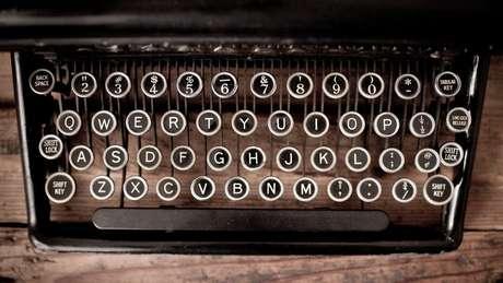 Fotografia do teclado QWERTY em uma máquina de escrever