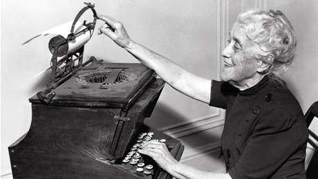 A filha de Christopher Latham Sholes com a máquina de escrever criada por seu pai